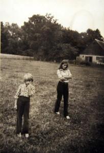 Z kuzynką Martą na wsi u dziadków.