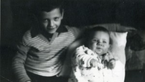 Tutaj leżę sobie koło mojego starszego braciszka Pawła.