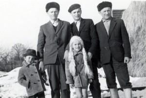Z tatą, dwoma dziadkami i siostrą.