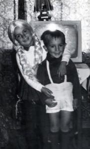 Z siostrą na tle naszej dumy – telewizora marki Alladyn.